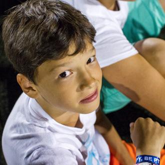 PEOPLE TEAM-táborozóról arckép a sportpályán