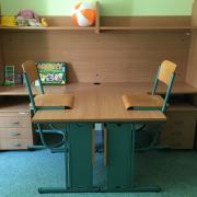 PEOPLE TEAM-tábor szállásának egyik szobájában íróasztalok és szekrények