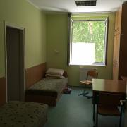 PEOPLE TEAM-tábor szállásának egyik két ágyas szobája