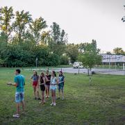 PEOPLE TEAM-táborban a sportpályák mögötti rész