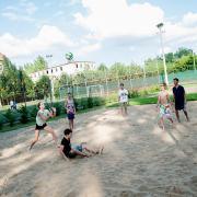 PEOPLE TEAM-tábor röplabdapályán játszó táborozók