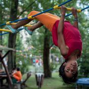 PEOPLE TEAM-táborban kötélpályán lógó gyerek