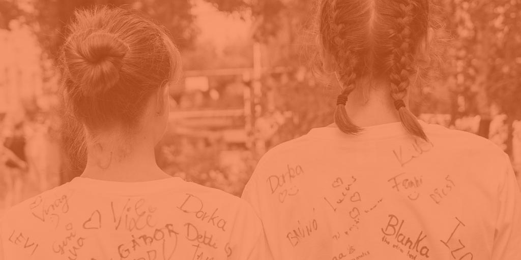 PT-táborozók aláírt pólókban