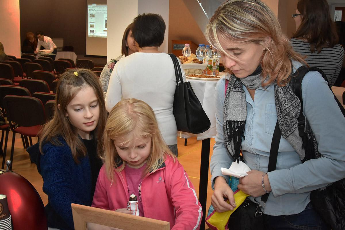 Konferencia, család, gyereklátogatók, táboros tájékoztató