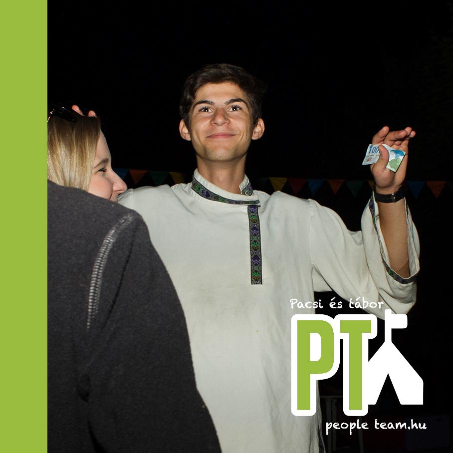 Táborozóról fénykép az esti programon PT-pontokkal a kezében